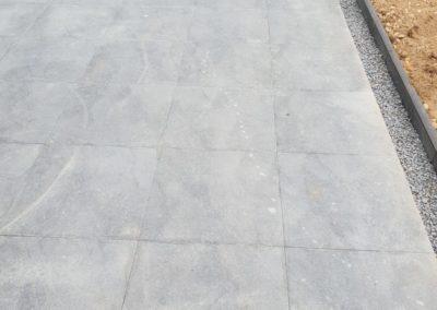 Terrasse à Thiaville avec bordure dalle et cailloux